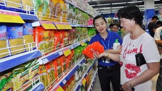 消費者在超市選購國貨。