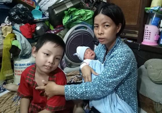 蘇麗娥與兩個兒子。