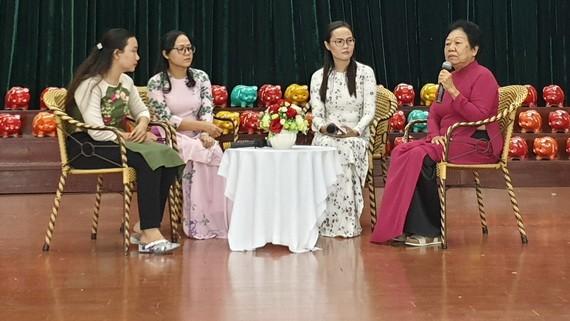 華人李金梅在慶祝30週年成立阮氏明開獎助學金的儀式上重溫 成立及發展過程。