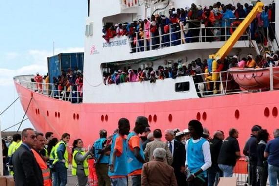 停泊意大利港口的難民船。(圖源:互聯網)