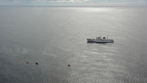 日本水產廳派船到事故海域展開救援。(圖源:路透社)