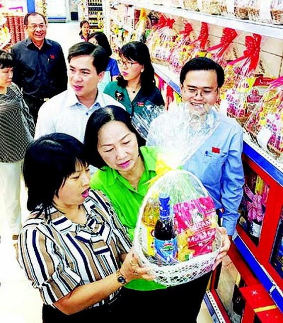 消費者選購節禮品籃。