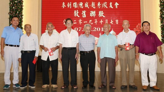 胡百全會長(左一)與丁文森副會長(右一) 向高齡校友贈送祝壽利是。