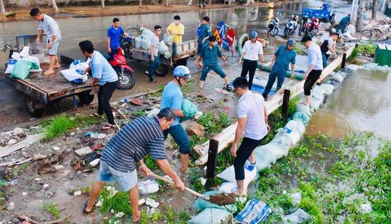 第二郡民眾用沙包防水淹。(圖源:緣潘)