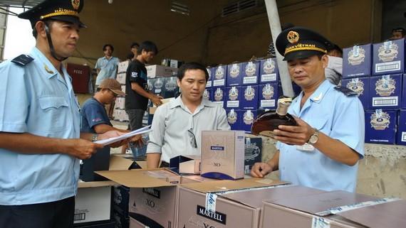 海關人員加強檢查進口貨品。