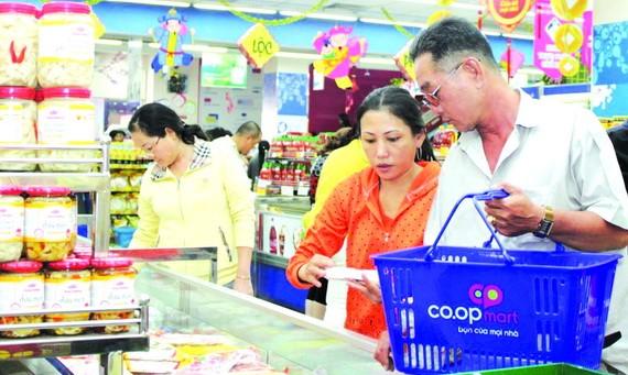 消費者在超市選購價格平抑商品。