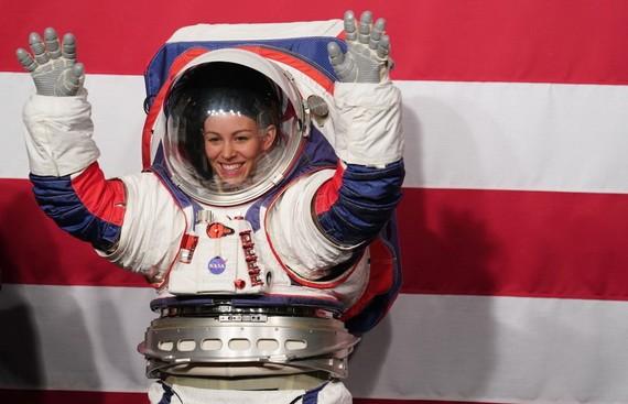 美國航天局發佈了具有更大靈活性和更高安全性的下一代宇航服,計劃供宇航員在2024年登月活動中使用。(圖源:新華社)