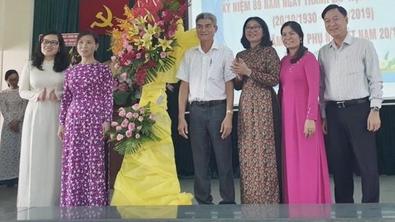 第五郡領導送花藍祝賀越南婦女節。