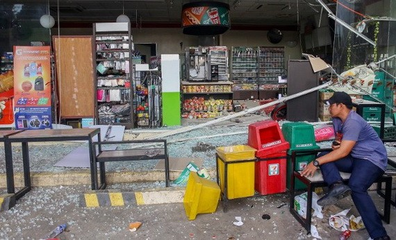 有小店被震毀,滿地玻璃碎。(圖源:互聯網)