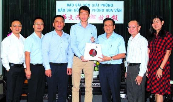 南航胡志明市營業部新任總經理步然(左四)向本報領導贈送紀念品。