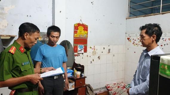 公安力量對巴士扒手團夥中的頭目郭政仁(右)進行搜查住所。(圖源:志石)