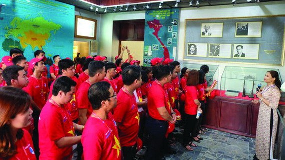 """逾1000名會員、青年參加""""我愛我的祖國""""行程活動。(圖源:互聯網)"""