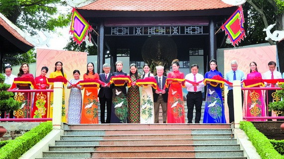 市與郡領導參加二徵女王塑像落成剪綵儀式。