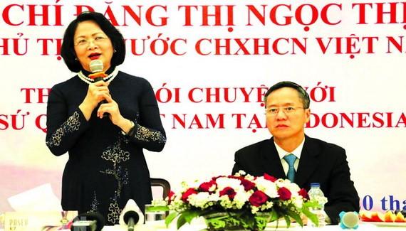 國家副主席鄧氏玉盛(左)在會上致詞。(圖源:越通社)
