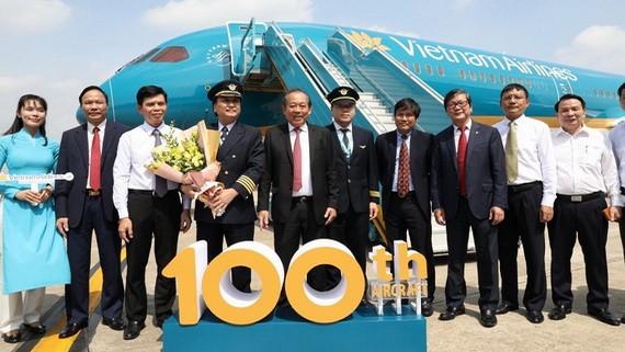 政府常務副總理張和平(左五)出席越航(Vietnam Airlines)飛行團隊第一百架飛機的迎接儀式。(圖源:黎山)