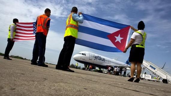 2016年8月31日,機場工作人員在古巴聖塔克拉拉的停機坪上接受了JetBlue 387航班,這是美國和古巴之間半個多世紀之間的第一次商業飛行。(圖源:AP)
