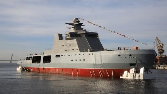 """俄羅斯首艘23550型破冰巡邏艦""""伊万·帕帕寧""""號25日在聖彼得堡海軍部造船廠下水。(圖源:互聯網)"""
