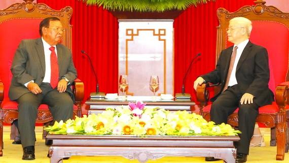 總書記、國家主席阮富仲(右)與老撾總書記、國家主席本揚交談。(圖源:越通社)