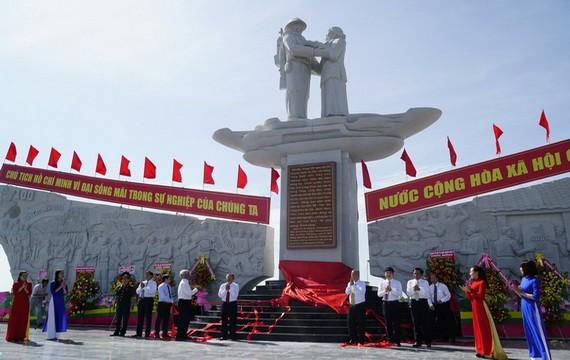 同塔省1954年集結事件紀念碑落成儀式。(圖源:玉才)