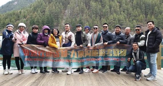 順捷旅行社考察團在九寨溝旅遊景點合影。