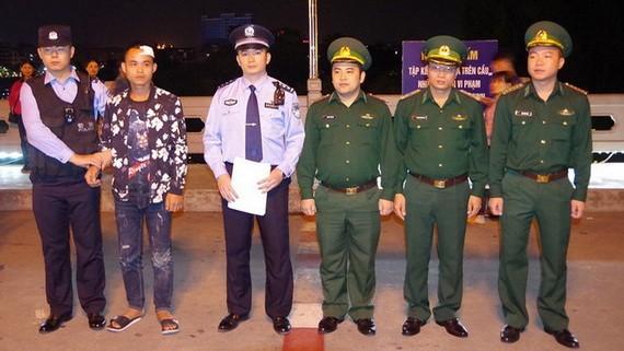 我國邊防部隊向中方出入境邊防檢查站移交一名在北侖河遇險獲救的中國公民。(圖源:VOV)