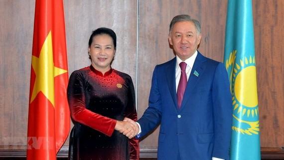 國會主席阮氏金銀(左)在IPU-140大會間隙與哈薩克斯坦共和國眾議院議長努爾蘭‧尼格馬圖林會晤。(圖源:越通社)