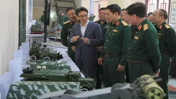 政府副總理武德膽(左二)和代表們參觀國防部的科研產品。(圖源:前鋒)