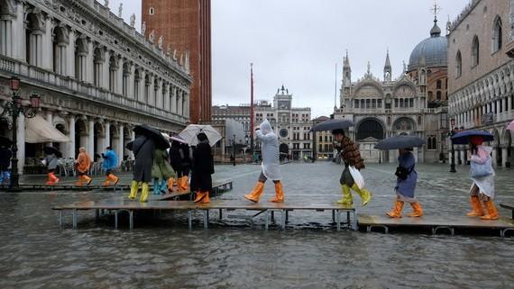 洪水淹沒聖馬可廣場,民眾涉水出行。(圖源:路透社)