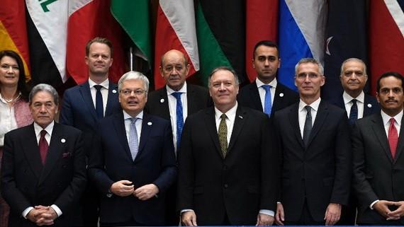 蓬佩奧(前排中)促請歐洲各國將本國IS武裝份子接回國審判。(圖源:AP)