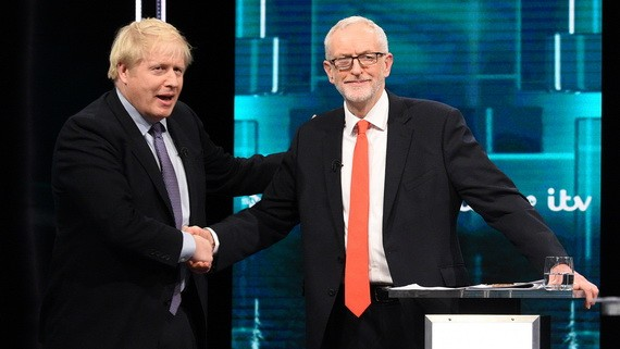 約翰遜(左)與科爾賓在主持人的提議下握手。(圖源:新華社)
