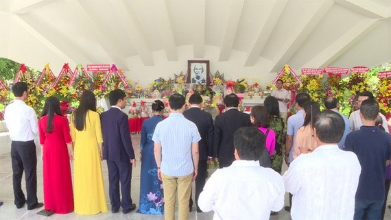 胡志明主席父親阮生色副榜忌辰90週年紀念儀式現場一瞥。(圖源:同塔電視台)