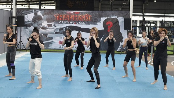 年輕而充滿朝氣的女子們正希望成為武打女星。