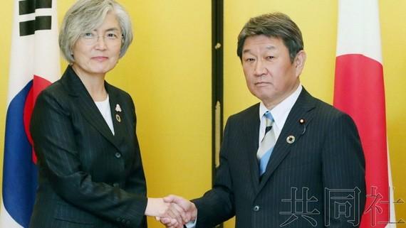日本外相茂木敏充(右)與韓國外長康京和23日下午在名古屋市舉行會談。