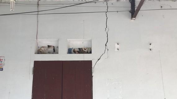 高平省重慶縣過去兩天連續發生四場地震,地震過後,多間民房的墻面出現裂縫現象。(圖源:陲楊)