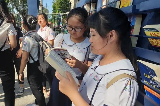 """""""文化閱讀日""""盛會備受第五郡各所學校、華文中心的學生歡迎,吸引許多中、小學生前往閱讀書籍。"""