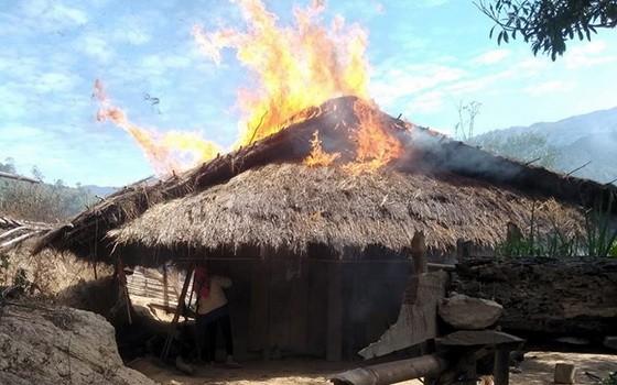 阿呂的茅草瓦木屋著火很快全被燒毀。(圖源:何玲)
