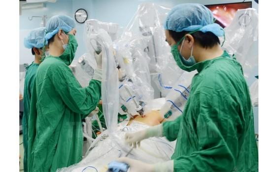 平民醫院應用機器人為病人施手術。(圖源:市黨部新聞網)