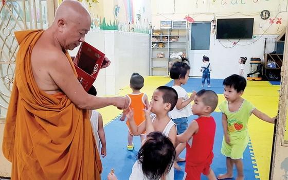 奇光2廟住持釋善照上座與孩子們。