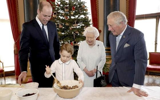 """英國白金漢宮公佈王室""""四世同堂""""製作聖誕節布丁的照片。(圖源:Getty Images)"""