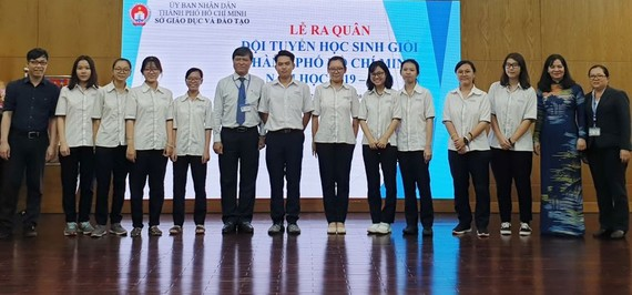 代表本市參加華文科考試的學生與市領導及老師合照。