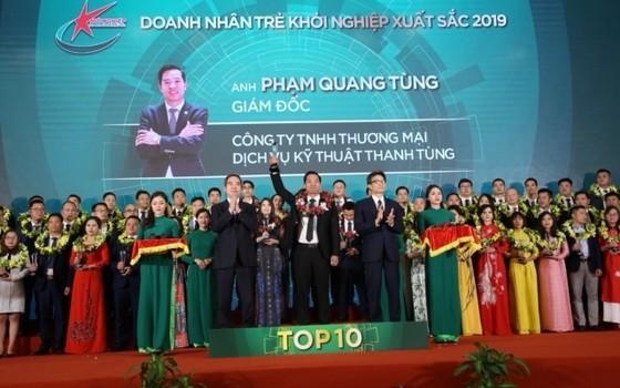 2019年前10名優秀創業青年企業家表彰儀式。(圖源:明珠)