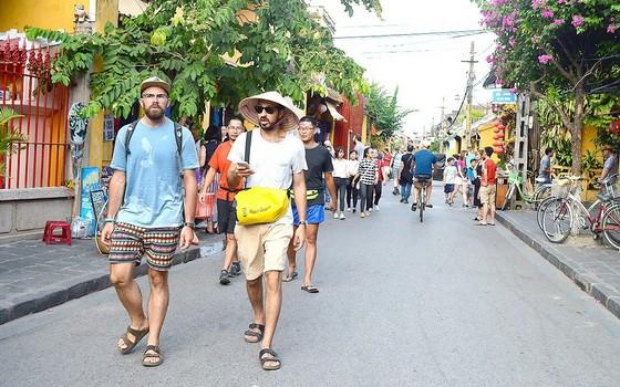 外籍遊客前來會安古埠遊覽觀光。(圖源:互聯網)