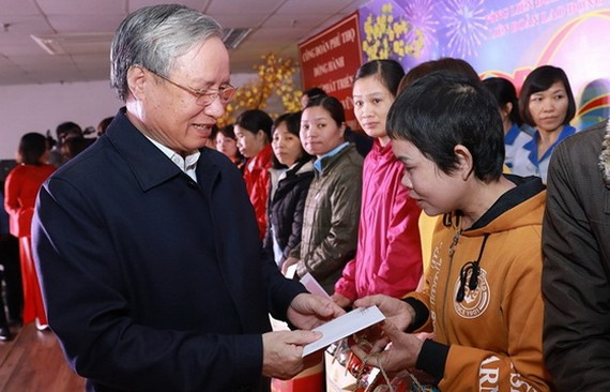 陳國旺同志向JNTC VINA 公司的家境貧困勞工贈送禮物。(圖源:海阮)