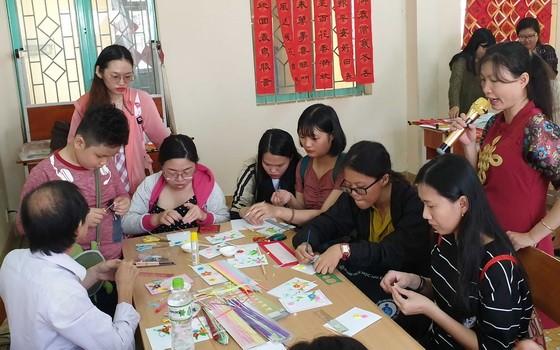 SHZ舉辦的迎春書法盛會吸引了廣大熱愛書法、藝術賀卡的青年踴躍參加、交流,場面十分熱鬧。