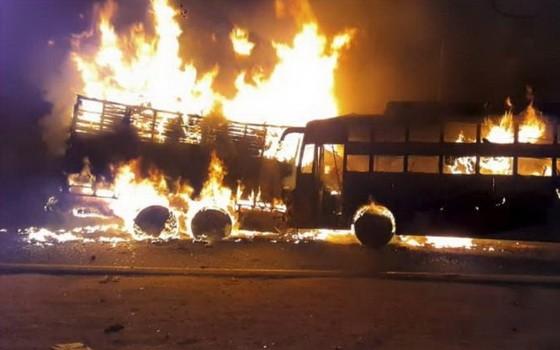 兩車相撞後起火現場。(圖源:《印度報業托拉斯》)