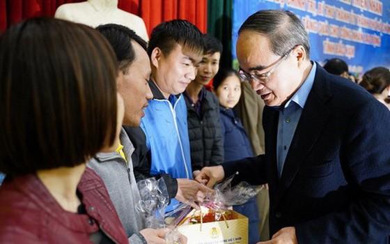 市委書記阮善仁(右)向北件省的優撫家庭、貧困戶、清貧職工與勞動者贈送春節禮物。(圖源:杜忠)