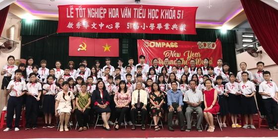 應屆畢業生與校長和老師合照。