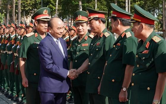 阮春福總理(前左)同第五軍區司令部幹部親切握手,互致問候。(圖源:光孝)
