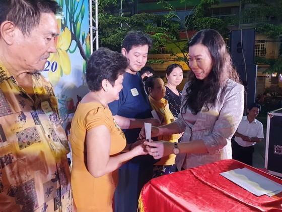市越南祖國陣線委員會副主席趙麗慶(右)贈送禮物給貧戶。