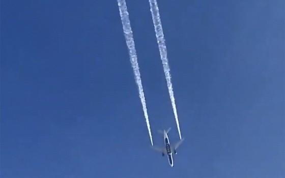 飛機在空中執行緊急放油。(圖源:AP)